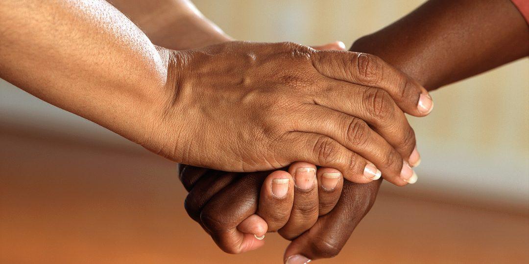 Des mains entourant une autre main